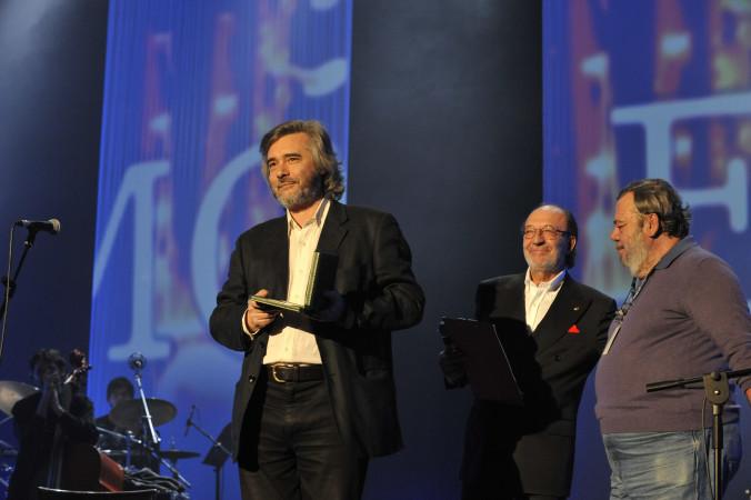 © Massimo Forchino / lapresse 13-11-2009 Sanremo, Italia spettacolo Premio Tenco - Festival della Canzone d'Autore Nella Foto: Max Manfredi premiato da Gianni Mura